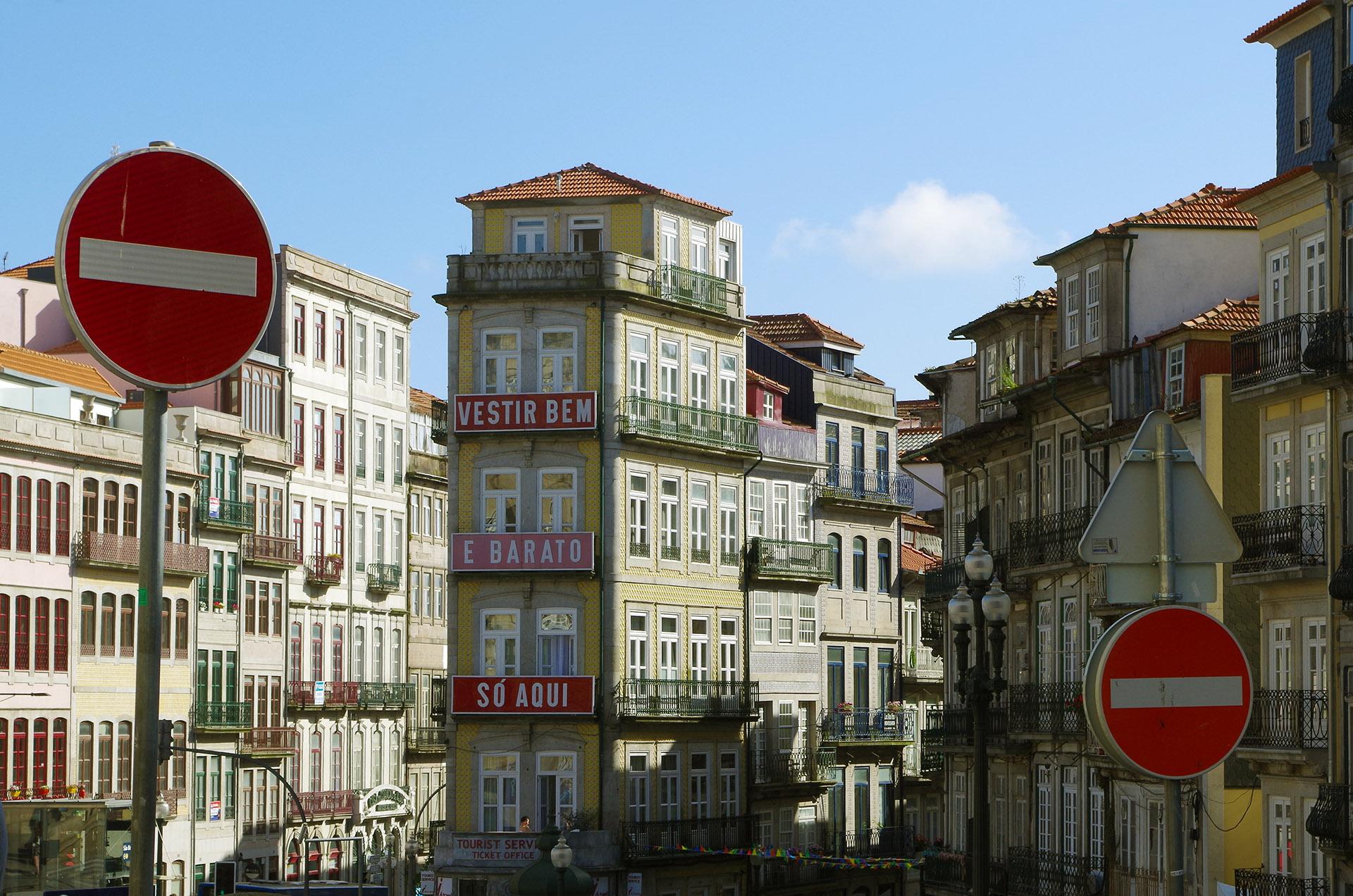 Anuncio en fachada de Oporto